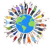 le-groupe-de-personnes-multi-ethnique-arme-augmente-et-la-terre-40979183